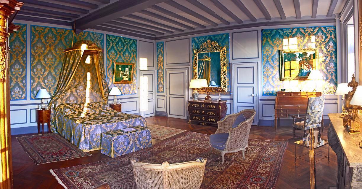 ame: blue-ensuite-guest-room-chateau-barre-hotel-vanssay-loire-france