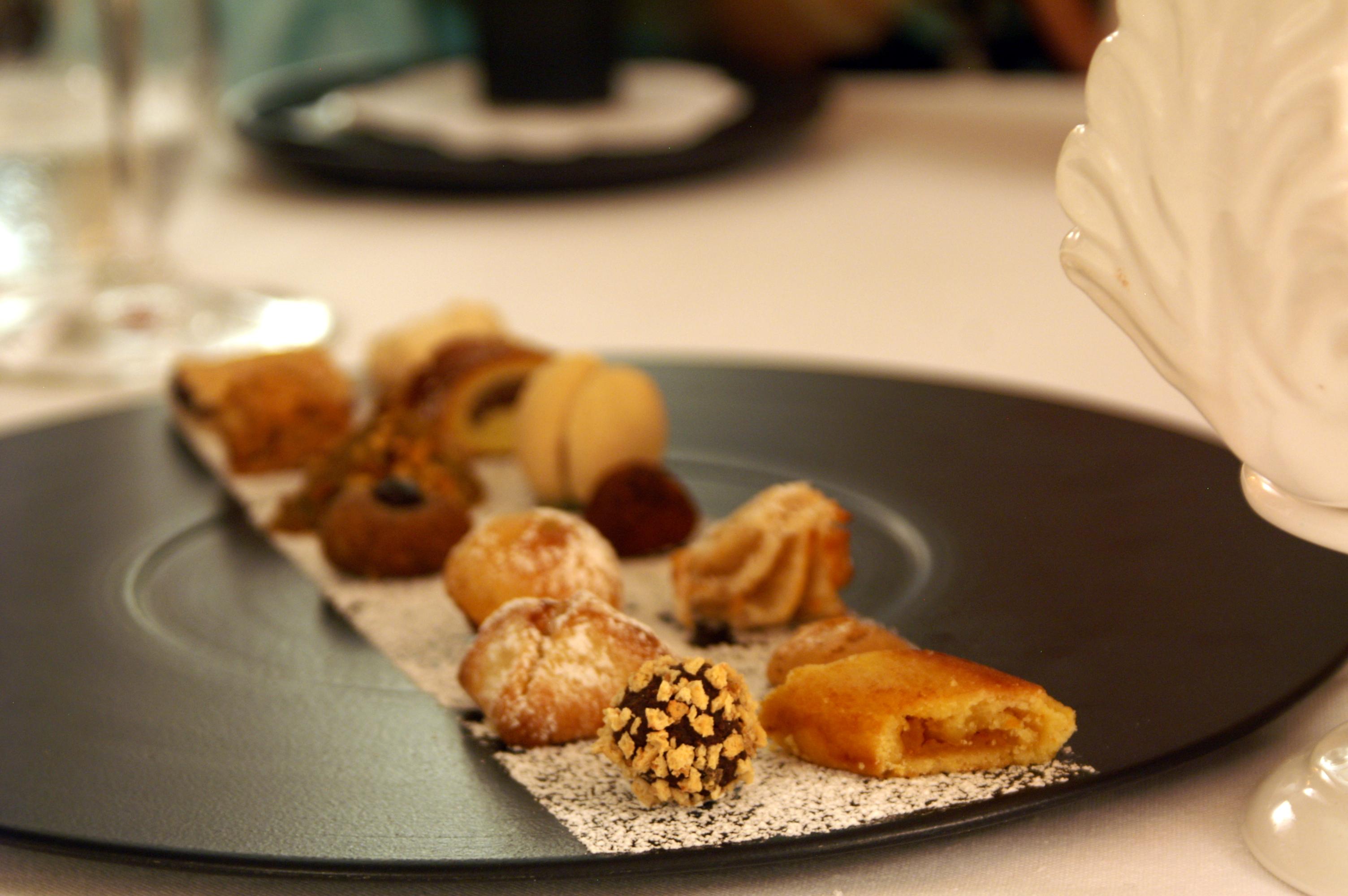 Dessert bisquits plate in La Sommità Relais hotel restaurant