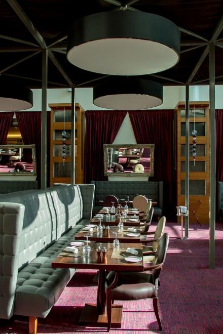 Sitzbaenke und Tische im Belle Epoque Restaurant des Sofitel London Heathrow