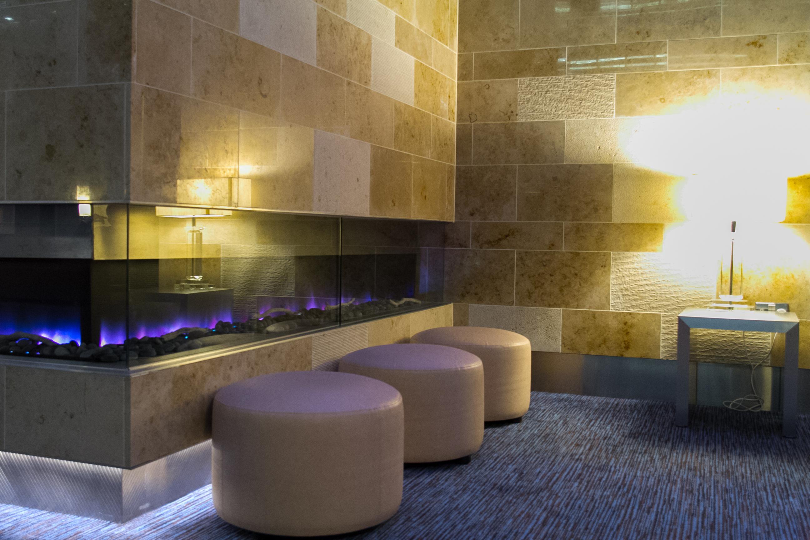 Cheminee und Hocker in der Sphere Bar des Sofitel Hotel London Heathrow