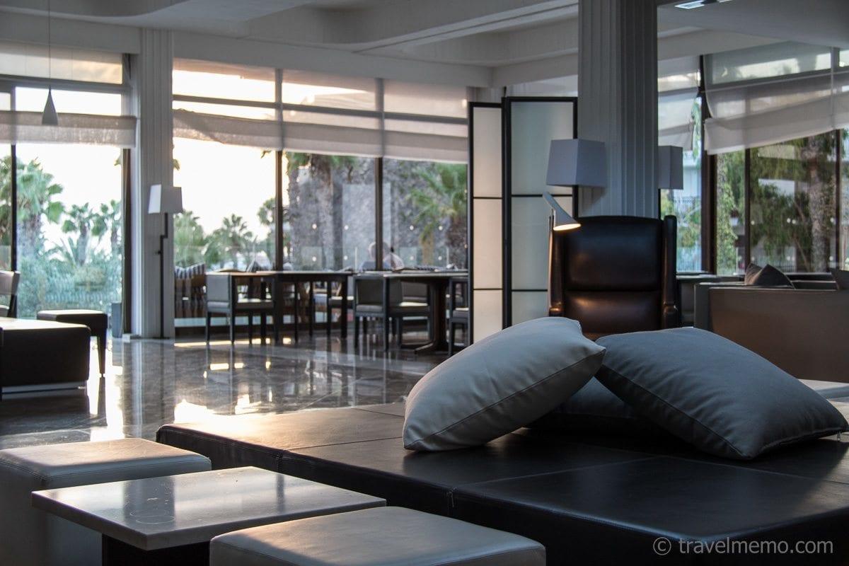 Stilvolle Lobby im Almyra Hotel