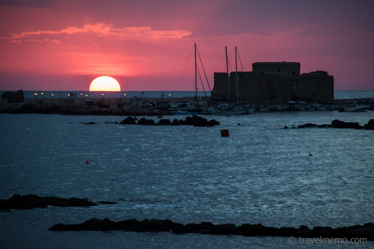 Sonnenuntergang über dem mittelalterlichen Kastell am Hafen