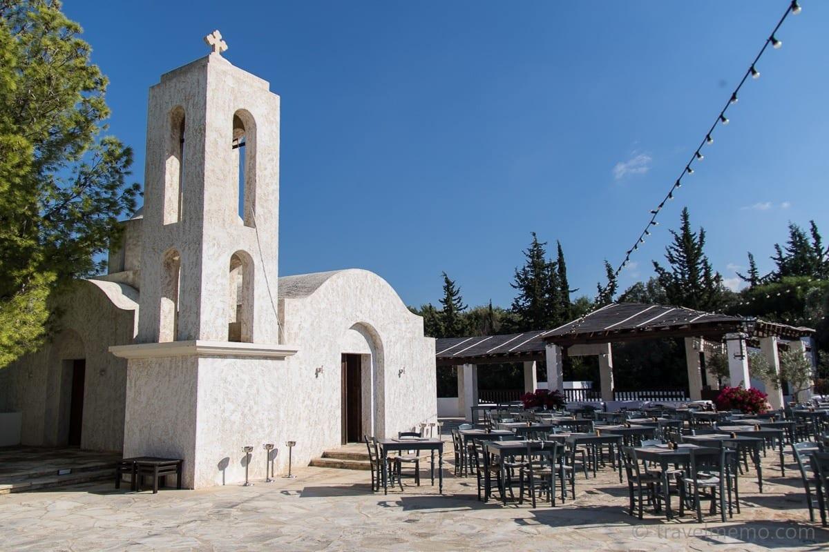 Anassa's Dorfplatz mit Kapelle