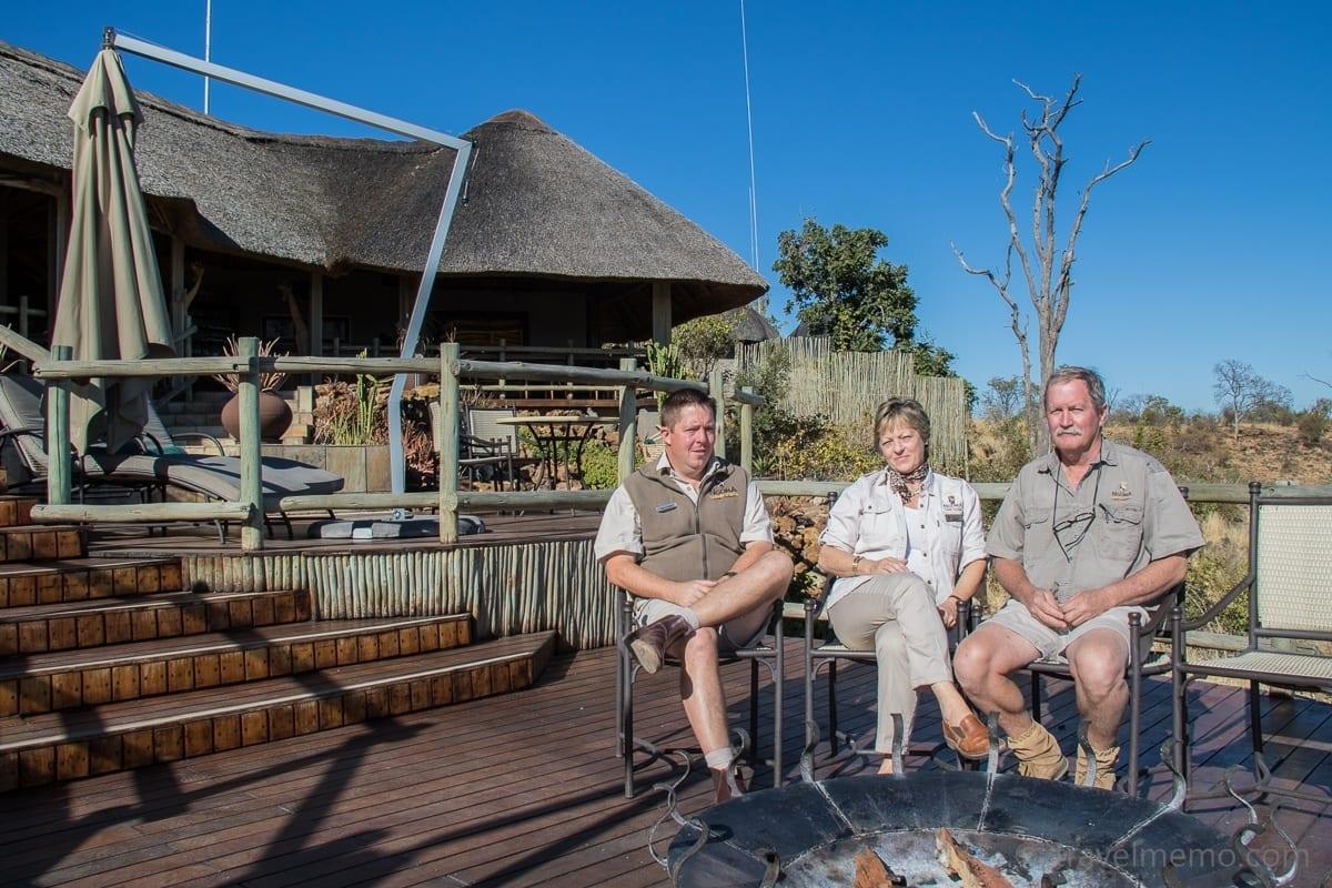 Jonathan Hudson von Africa Albida Tourism mit Lodge-Managern Judy und Peter Hepburn