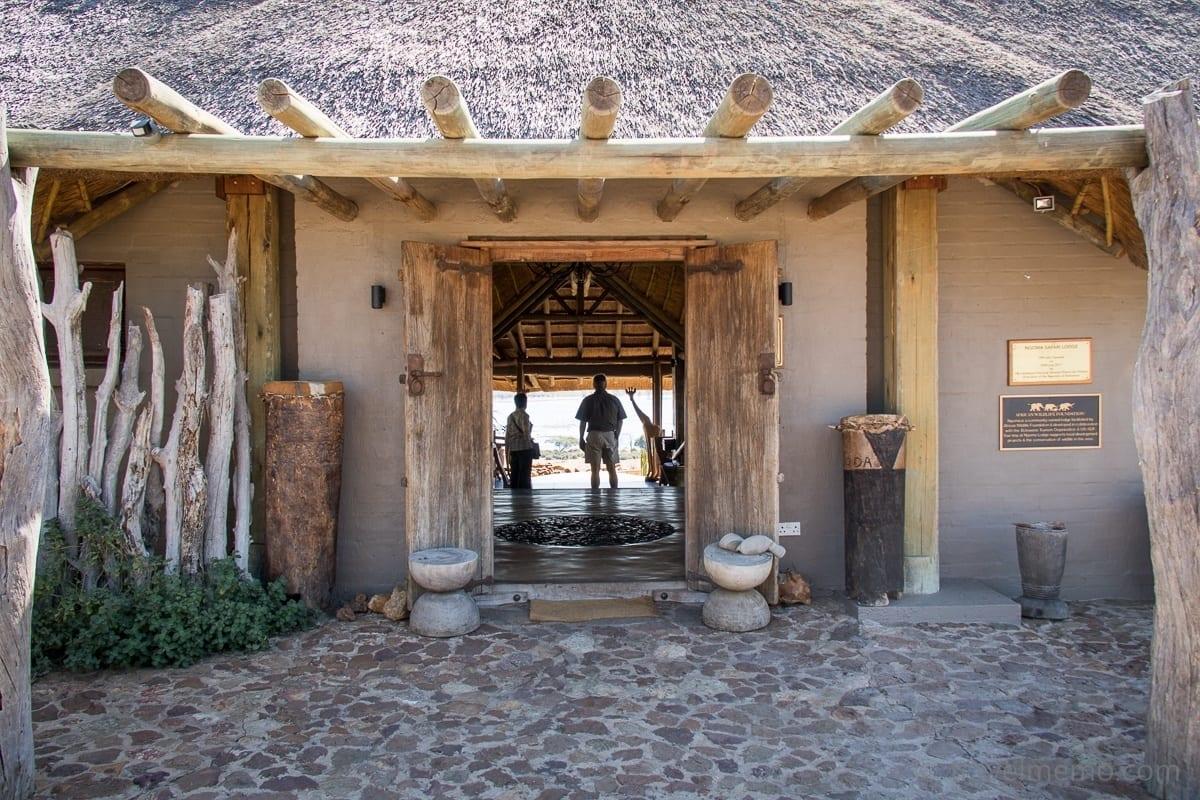 Eingang zum Hauptgebäude der Ngoma Safari Lodge
