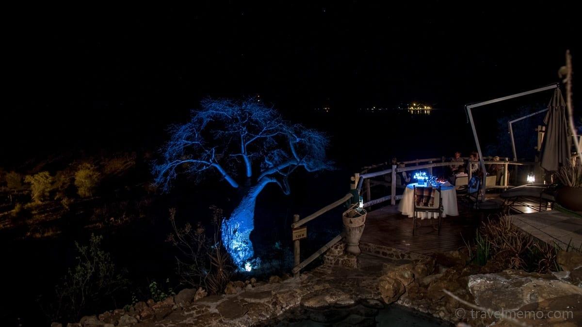 Terrasse und blau beleuchteter Baobab Baum