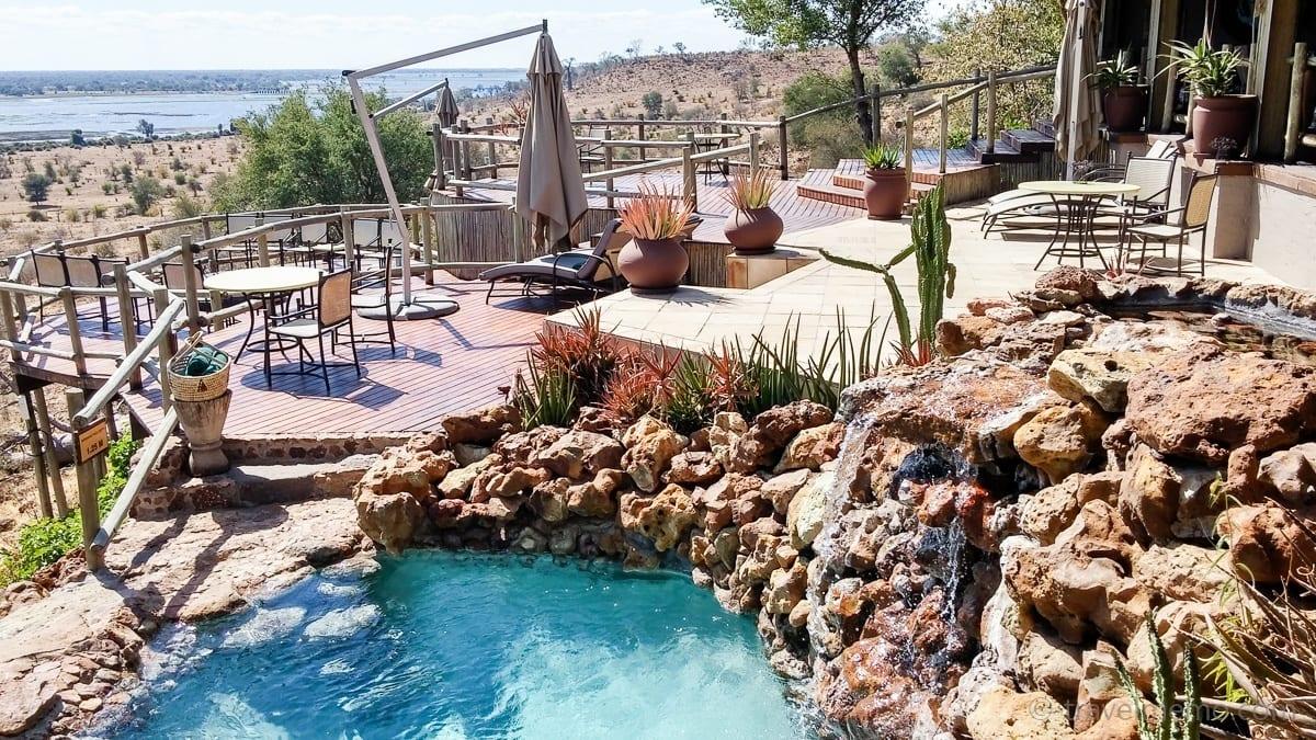 Terrasse und Pool mit Aussicht auf den Chobe River