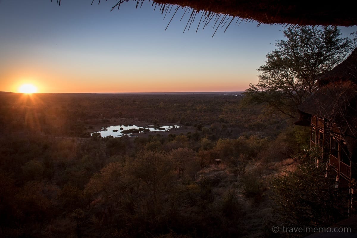 Sonnenuntergang über dem Wasserloch der Victoria Falls Safari Lodge