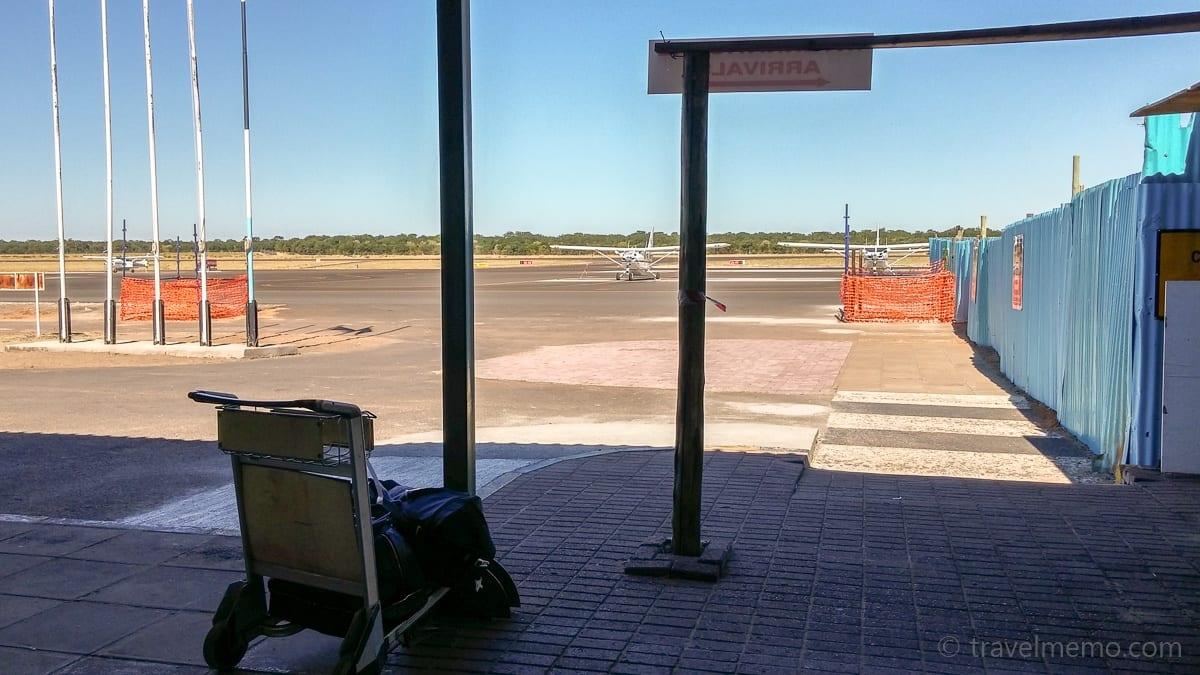 Flugfeld des Kasane Airports mit unserem Gepäck