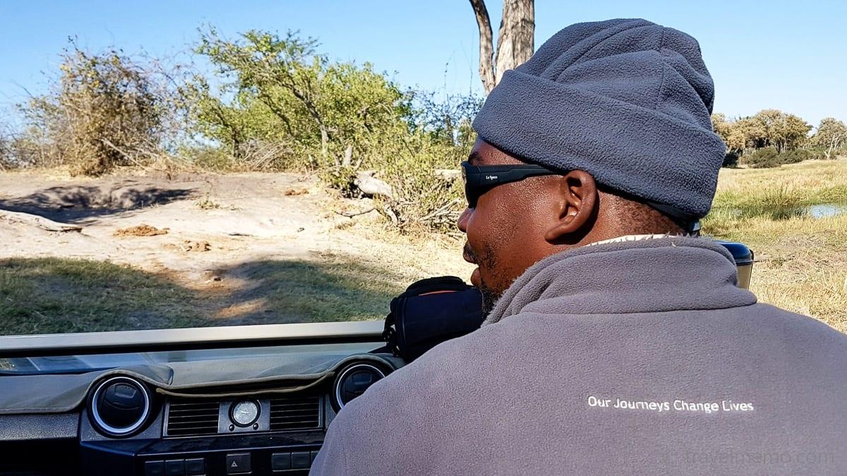 """Guide Bobby trägt stolz Wilderness Safaris Jacke mit dem Aufdruck:  """"Our journeys change lives"""" - wie wahr!"""
