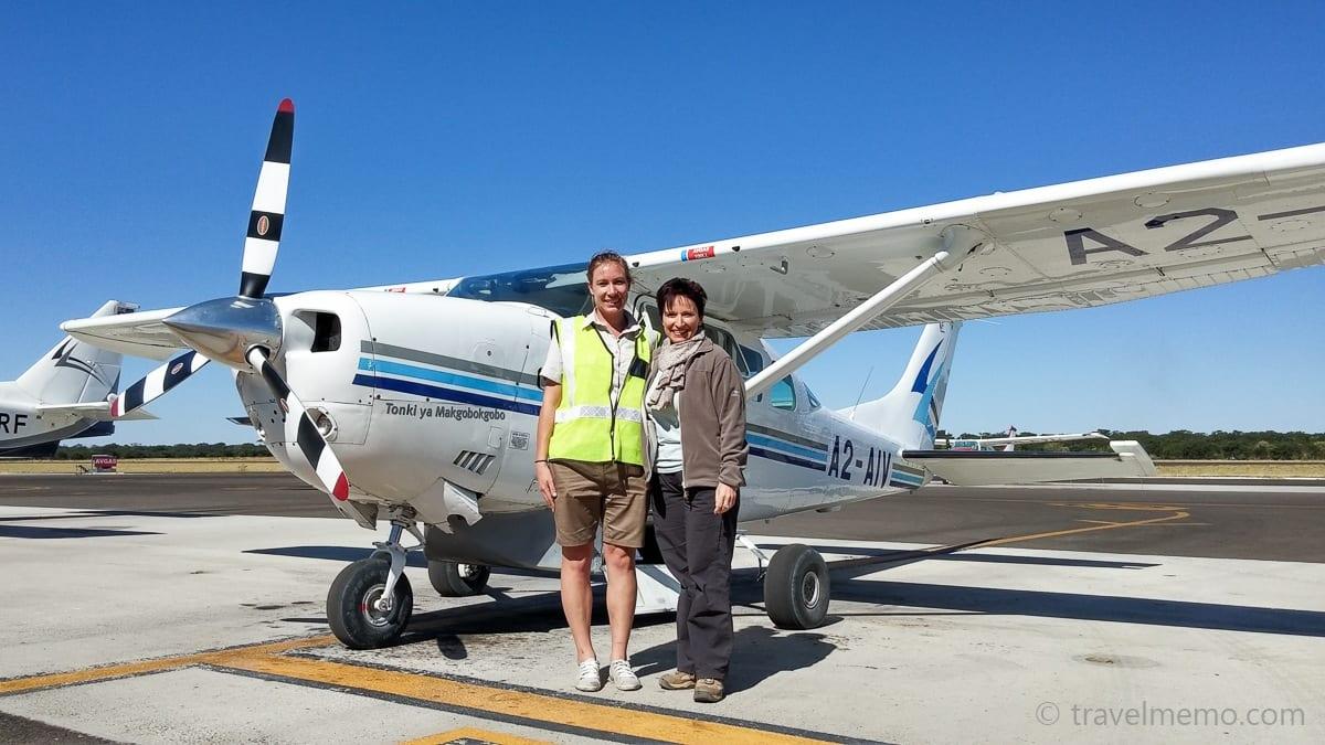 Michaela Meiswinkel und Katja vor einer Cessna