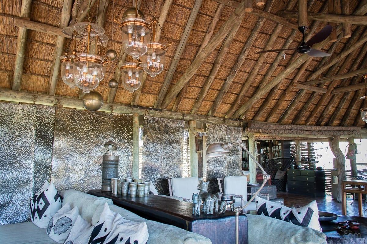 Lounge im Ethno-Look im Mombo Camp